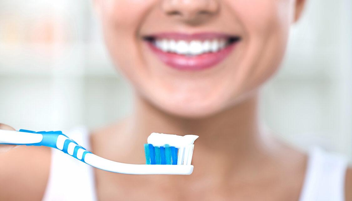 Como branquear dentes com remédios caseiros e rapidamente