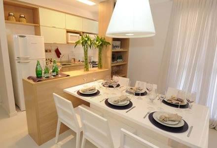 Decoração de cozinhas com pastilhas de vidro e mesa de jantar